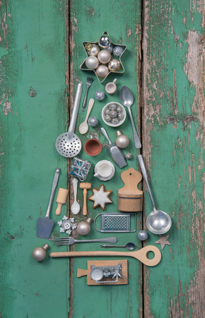 Green christmas decoration. Xmas tree with old wooden and antique miniature for the kitchen. Foto de archivo