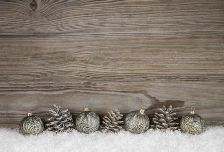 Old antique noël fond en bois avec des boules et les cors des broches sur la neige. Banque d'images - 44431112