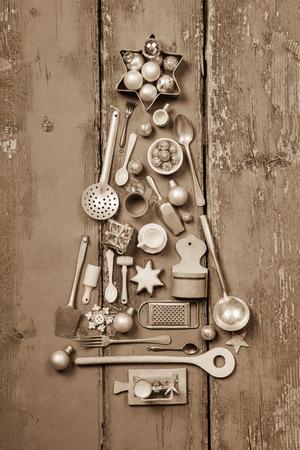 cocina antigua: Árbol de Navidad de muchas miniaturas de cocina de la vendimia para la decoración.