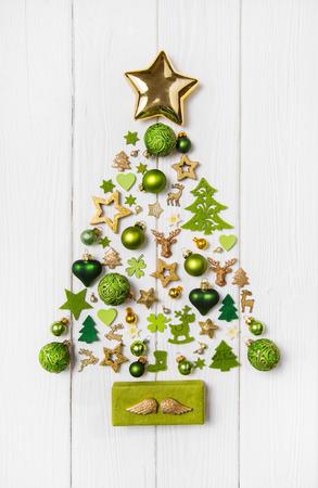 Świąteczna christmas dekoracji w jasnozielonym, białym i złotym kolorze. Kolekcja xmas miniatur. Zdjęcie Seryjne