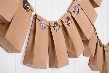 Handmade conçu calendrier de l'avent avec des sacs et des autocollants en papier. Banque d'images