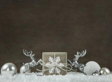 reno: fondo elegante lamentable de madera de Navidad en plata, blanco, marr�n y gris con caja de regalo y renos. Foto de archivo
