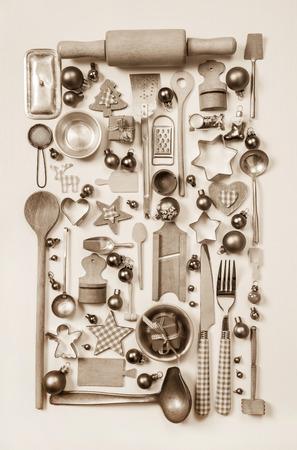 cocina antigua: Estilo de fondo de Navidad con lamentable vieja lata antigua y utensilios de cocina de madera.
