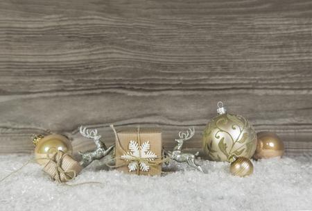 fond en bois avec décoration de Noël en or, argent et blanc.