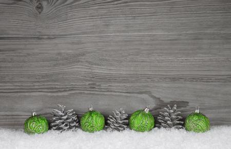 Gris, fond en bois blanc et minable avec décoration de Noël. Banque d'images