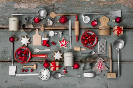 niños cocinando: Niños viejos juguetes de la cocina. Estilo vintage o país con la decoración de la nostalgia de la Navidad.