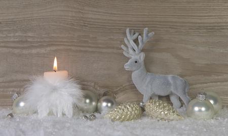 Une brûlure avènement bougie avec le cerf sur fond minable en bois brun avec de la neige.