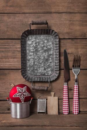 Menu carte en blanc à carreaux rouges couleurs avec fourchette et couteau pour un dîner de Noël.