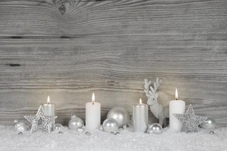 Shabby chic de fond de Noël dans des couleurs gris, blanc et argent avec des bougies de l'Avent pour les décorations luxueuses.