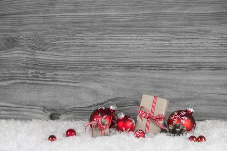 productos naturales: Blanco a cuadros regalos de Navidad rojos sobre fondo de madera vieja gris para un certificado de regalo. Foto de archivo
