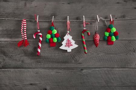 Bois vert rouge décoration de Noël sur fond vieux rustique.