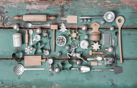 Enfants jouets anciens de la cuisine. Vintage style ou d'un pays à la décoration de la nostalgie pour Noël.