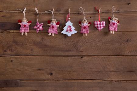 Style campagnard Handmade décoration de Noël avec des anges, étoiles et blanc à carreaux rouges coeurs sur fond vieux rustique.