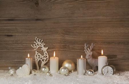 or Nostalgique, brun et blanc fond de Noël en bois avec quatre bougies de l'Avent pour les décorations de Noël. Banque d'images