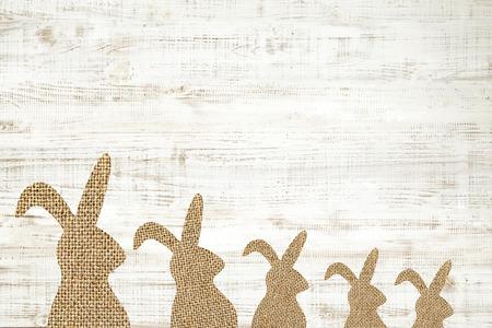 Happy easter carte de voeux fond en bois avec le lapin pour la décoration. Banque d'images