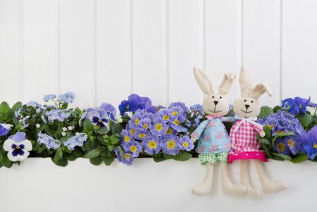 Blanc décoration de Pâques en bois avec des fleurs et lapin.
