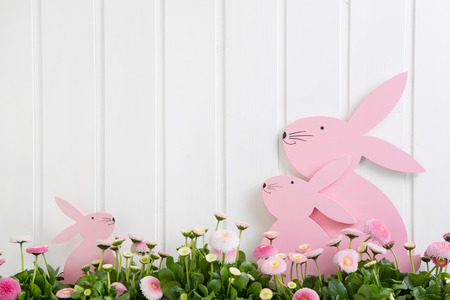 White wooden easter decoration with flowers and bunny. Imagens