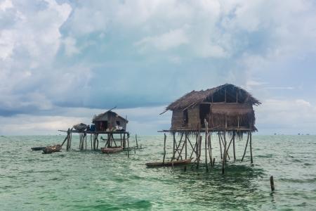 木製の家は海の上の浮動