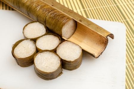traditional: Lemang は、インドネシア、マレーシア、シンガポール料理のもち米、ココナッツ ミルク、塩と竹へのこだわりから米を防止するためにバナナの葉と並 写真素材