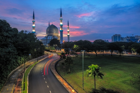 Sultan Salahuddin Abdul Aziz Shah Mosque at Sunrise. Also known as the Blue Mosque located at Shah Alam, Selangor, Malaysia 스톡 콘텐츠