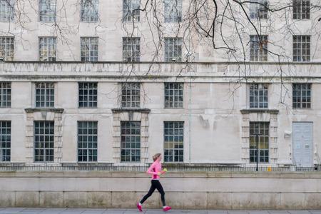 female jogger: Desconocido borrosa trotar corredora por el borde de la carretera