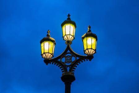 lamp post: Lampione sul ponte di Westminster all'ora blu