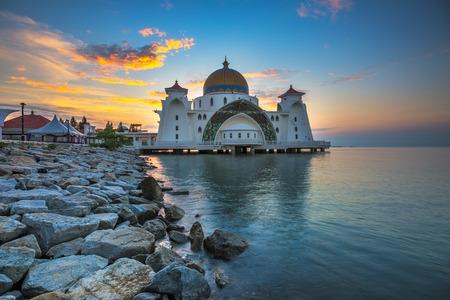 日の出 - 海峡モスク、マラッカ、マレーシアのモスクをフローティング 写真素材