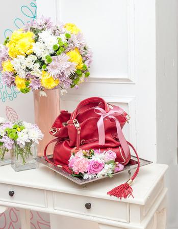 結婚式の贈り物として赤革のハンドバッグ 写真素材