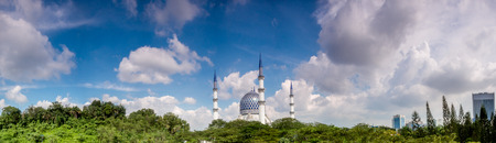 shah: Panoramic of Sultan Salahuddin Abdul Aziz Shah Mosque on a sunny day Editorial