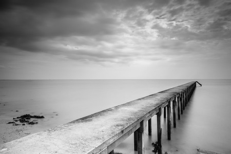 Long Exposure Jetty in Black & White. 스톡 콘텐츠