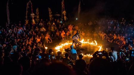 スリランカ、ケチャック ダンス パフォーマンスでラーマーヤナ エピソードで焼かれてハヌマーン
