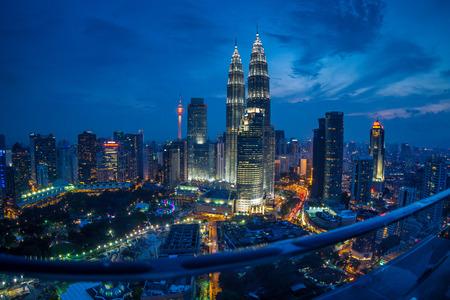 vysoký úhel pohledu: Kuala Lumpur Twin Towers v noci, vysoký úhel a rybí oko pohled Redakční