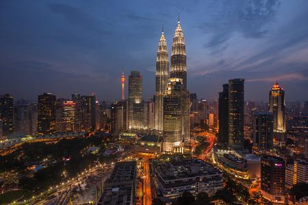 gemelas: Kuala Lumpur Torres Gemelas en la noche, vista de �ngulo alto