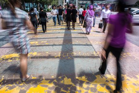 모션 블러 - 길을 건너는 사람들. 움직임을 설명하기위한 흐릿한 효과