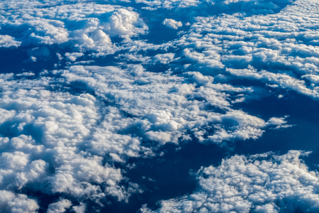 雲と青い空。飛行機からの眺め