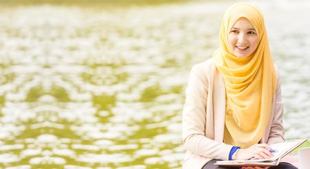 イスラム教徒の実業家起業家の笑顔、カメラに探しています。