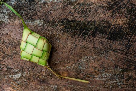 在被仿造的背景的Ketupat袋子。Ketupat是一种饺子,由水稻堆积在菱形棕榈叶袋中的菱形容器内。