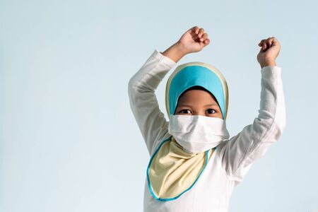 Muslim girl with hijab wearing surgical mask. Covid-19 and coronavirus concept. Shallow depth of field Zdjęcie Seryjne - 143119367