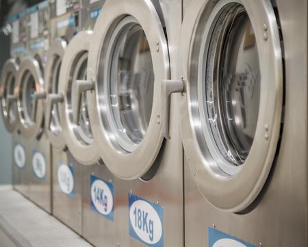 Reihe von Waschmaschinen in einem öffentlichen Waschsalon Standard-Bild - 31030213
