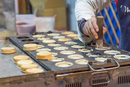 bing: Chelun bing cartwheel pies being prepared by a night market vendor Stock Photo