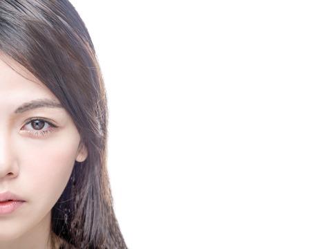 jolie fille: La moitié des Chinois visage féminin asiatique isolé sur fond blanc