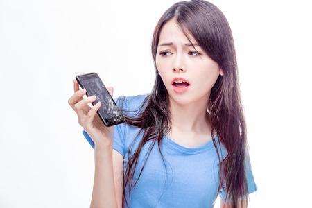 Asiatische Frau, die gebrochenes Smartphone ungläubig Standard-Bild - 47687908