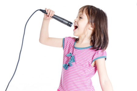 niño cantando: Niña Amercian asiática canta en el micrófono