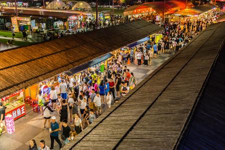 HUALIEN CITY, TAIWAN - 2017 년 8 월 19 일 : Dongdamen 야시장에서 쇼핑객 및 관광객