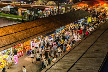 Shoppers and tourists at Dongdamen Night Market