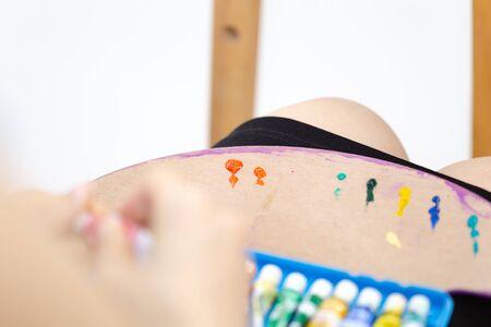 Peinture Gauche sur palette d'artiste.