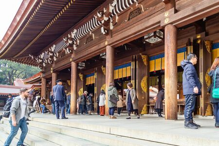 TOKYO, JAPAN - FEBRUARY 7, 2019: Crowds of tourists in Meiji Shrine in Shibuya, Tokyo. The shrine is officially designated Kanpei-taisha, the 1st rank of government supported shrines. Standard-Bild - 139686978