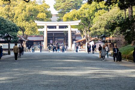 TOKYO, JAPAN - FEBRUARY 7, 2019: Crowds of tourists in Meiji Shrine in Shibuya, Tokyo. The shrine is officially designated Kanpei-taisha, the 1st rank of government supported shrines. Standard-Bild - 139686980