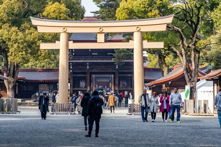 TOKYO, JAPAN - FEBRUARY 7, 2019: Crowds of tourists in Meiji Shrine in Shibuya, Tokyo. The shrine is officially designated Kanpei-taisha, the 1st rank of government supported shrines. Standard-Bild - 139687021