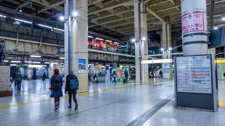 TOKYO, JAPAN - FEBRUARY 5, 2019: Commuters at Japanese subway station Standard-Bild - 140208331